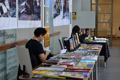 Mesón de libros de Fabián Sáez en la Biblioteca de Santiago